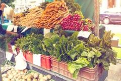 Φρέσκα οργανικά προϊόντα στην τοπική αγορά αγροτών Οι αγορές αγροτών ` είναι ένας παραδοσιακός τρόπος τα αγροτικά προϊόντα Στοκ εικόνες με δικαίωμα ελεύθερης χρήσης