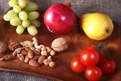 Φρέσκα οργανικά φρούτα και λαχανικά στον ξύλινο εξυπηρετώντας δίσκο Ανάμεικτα μήλο, αχλάδι, σταφύλια, ντομάτες και καρύδια Στοκ φωτογραφία με δικαίωμα ελεύθερης χρήσης