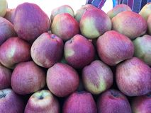 Φρέσκα οργανικά φρούτα της Apple στο στάβλο αγοράς οδών Στοκ Φωτογραφίες