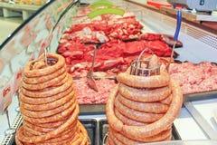 Φρέσκα λουκάνικα και κρέας στοκ εικόνες