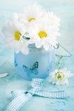 Φρέσκα λουλούδια μαργαριτών στο μπλε γυαλί Στοκ Φωτογραφία