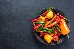 Φρέσκα πικάντικα και καυτά πιπέρια άνωθεν Στοκ Εικόνα