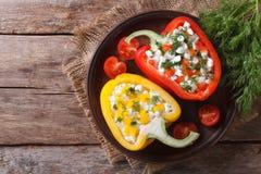 Φρέσκα πιπέρια που γεμίζονται με τη τοπ άποψη τυριών εξοχικών σπιτιών οριζόντια Στοκ Εικόνα
