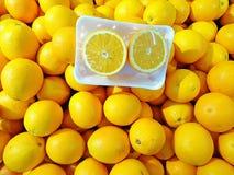 Φρέσκα πορτοκάλια ομφαλών στη συσκευασία Στοκ Εικόνες