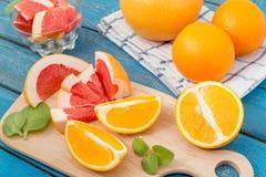 Φρέσκα πορτοκάλια και γκρέιπφρουτ στο ξύλινο υπόβαθρο Στοκ εικόνα με δικαίωμα ελεύθερης χρήσης