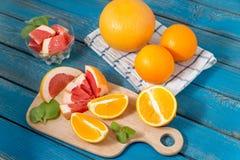 Φρέσκα πορτοκάλια και γκρέιπφρουτ στο ξύλινο υπόβαθρο Στοκ φωτογραφία με δικαίωμα ελεύθερης χρήσης