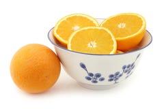 Φρέσκα πορτοκάλια και μερικοί κομμένοι αυτοί Στοκ Φωτογραφία