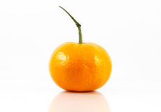 Φρέσκα πορτοκάλια με τα φύλλα σε ένα άσπρο υπόβαθρο, πορτοκάλι Στοκ Εικόνες