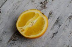 Φρέσκα πορτοκάλια που κόβονται στο μισό στον τέμνοντα πίνακα Τοπ όψη Οριζόντια εικόνα Στοκ Εικόνες