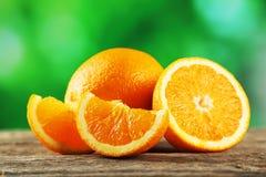 Φρέσκα πορτοκαλιά φρούτα στο γκρίζο ξύλινο υπόβαθρο Στοκ Φωτογραφίες