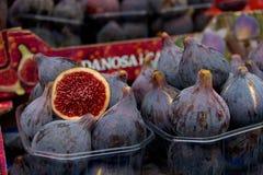 Φρέσκα πορφυρά σύκα για την πώληση στην αγορά του αγρότη στο Παρίσι Στοκ εικόνα με δικαίωμα ελεύθερης χρήσης