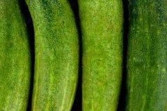 Φρέσκα πράσινα αγγούρια στα ξύλινα υγιή ακατέργαστα φυτικά τρόφιμα υποβάθρου Στοκ Φωτογραφία