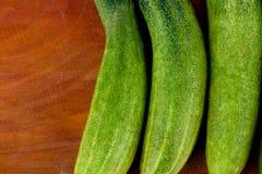Φρέσκα πράσινα αγγούρια στα ξύλινα υγιή ακατέργαστα φυτικά τρόφιμα υποβάθρου Στοκ Εικόνες