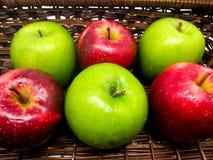 Φρέσκα πράσινα και κόκκινα μήλα σε ένα καλάθι Στοκ Εικόνες