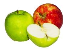Φρέσκα πράσινα, κόκκινα μήλα που απομονώνονται στο άσπρο υπόβαθρο στοκ εικόνες