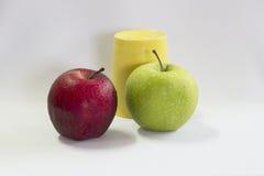 Φρέσκα πράσινα, κόκκινα μήλο και φλυτζάνι κίτρινα Στοκ εικόνα με δικαίωμα ελεύθερης χρήσης