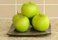 Φρέσκα πράσινα μήλα στο επίπεδο πιάτο στην αντίθετη κορυφή στοκ φωτογραφία με δικαίωμα ελεύθερης χρήσης