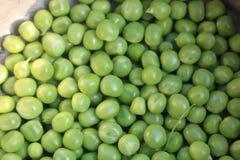 Φρέσκα πράσινα οργανικά μπιζέλια για τα τρόφιμα στοκ φωτογραφία
