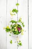 Φρέσκα πράσινα σαλάτας σε ένα κύπελλο Στοκ Εικόνες