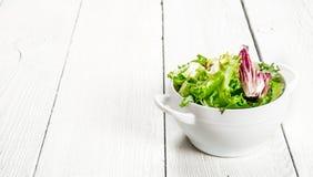 Φρέσκα πράσινα σαλάτας σε ένα κύπελλο Στοκ εικόνα με δικαίωμα ελεύθερης χρήσης