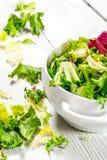 Φρέσκα πράσινα σαλάτας σε ένα κύπελλο Στοκ φωτογραφίες με δικαίωμα ελεύθερης χρήσης