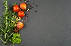 Φρέσκα πράσινα χορτάρια και καρυκεύματα Στοκ εικόνες με δικαίωμα ελεύθερης χρήσης