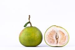 Φρέσκα πράσινα pomelos και μισό pomelo ξεφλούδισαν στα άσπρα τρόφιμα φρούτων υποβάθρου υγιή που απομονώθηκαν Στοκ φωτογραφία με δικαίωμα ελεύθερης χρήσης