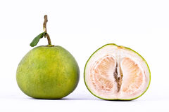 Φρέσκα πράσινα pomelos και pomelo ξεφλούδισαν στα άσπρα τρόφιμα φρούτων υποβάθρου υγιή που απομονώθηκαν Στοκ Εικόνα