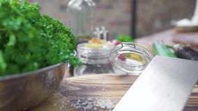 Φρέσκα πρασινάδα και χορτάρια για το μαγείρεμα της φυτικής σαλάτας στο ξύλινο υπόβαθρο ακατέργαστη φυτική σύνθεση στον πίνακα κου απόθεμα βίντεο