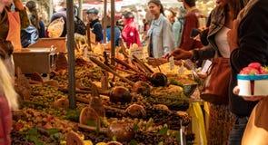 Φρέσκα προϊόντα στην επίδειξη σε μια τοπική αγορά αγροτών στην πόλη Uzes στοκ εικόνες με δικαίωμα ελεύθερης χρήσης