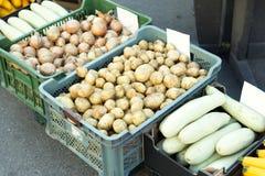 Φρέσκα προϊόντα στην πώληση στην τοπική αγορά αγροτών βρετανικά λαχανικά αγοράς αγροτών Στοκ Εικόνες