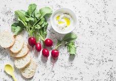 Φρέσκα ραδίκια κήπων, ελληνικά γιαούρτι και baguette - υγιές γεύμα σε ένα ελαφρύ υπόβαθρο Στοκ Φωτογραφίες
