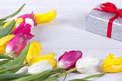 Φρέσκα ρόδινα λουλούδια τουλιπών στο κιβώτιο δώρων στον ξύλινο πίνακα Στοκ εικόνες με δικαίωμα ελεύθερης χρήσης