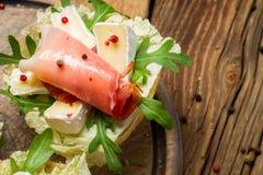 Φρέσκα σάντουιτς με το ζαμπόν της Πάρμας και camembert το τυρί Στοκ Εικόνες