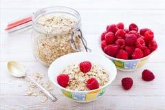 Φρέσκα σμέουρα μούρων, γιαούρτι και σπιτικό granola για το πρόγευμα, τοπ άποψη, οριζόντια Στοκ φωτογραφία με δικαίωμα ελεύθερης χρήσης