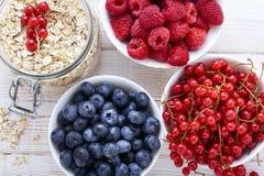 Φρέσκα σμέουρα μούρων, γιαούρτι και σπιτικό granola για το πρόγευμα, τοπ άποψη, οριζόντια Στοκ εικόνα με δικαίωμα ελεύθερης χρήσης