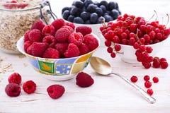 Φρέσκα σμέουρα μούρων, γιαούρτι και σπιτικό granola για το πρόγευμα, τοπ άποψη, οριζόντια Στοκ εικόνες με δικαίωμα ελεύθερης χρήσης