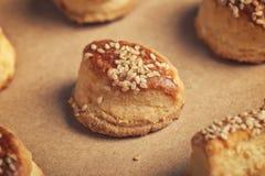 Φρέσκα σπιτικά αλμυρά scones με το τυρί και το σουσάμι Στοκ εικόνες με δικαίωμα ελεύθερης χρήσης