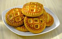 Φρέσκα σπιτικά μπισκότα με τα ξηρά βερίκοκα και τυρί εξοχικών σπιτιών σε ένα άσπρο πιάτο στοκ φωτογραφία με δικαίωμα ελεύθερης χρήσης