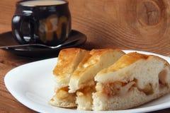 Φρέσκα σπιτικά πίτα και τσάι μήλων με το γάλα σε ένα ξύλινο υπόβαθρο Στοκ φωτογραφίες με δικαίωμα ελεύθερης χρήσης