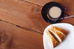 Φρέσκα σπιτικά πίτα και τσάι μήλων με το γάλα σε ένα ξύλινο υπόβαθρο Στοκ Φωτογραφίες