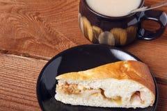 Φρέσκα σπιτικά πίτα και τσάι μήλων με το γάλα σε ένα ξύλινο υπόβαθρο Στοκ εικόνες με δικαίωμα ελεύθερης χρήσης