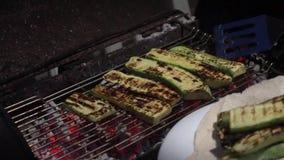 Φρέσκα σπιτικά πράσινα κολοκύθια που ψήνονται στη σχάρα απόθεμα βίντεο