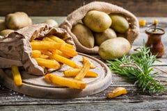 Φρέσκα σπιτικά τηγανητά με το άλας που εξυπηρετείται στο έγγραφο Στοκ Φωτογραφίες