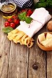 Φρέσκα συστατικά για τα ιταλικά ζυμαρικά Στοκ Φωτογραφία