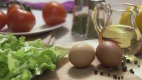 Φρέσκα συστατικά για τη διατροφή και τις χαμηλές θερμίδες σκηνή Ντομάτες κερασιών, πιπέρια κουδουνιών, υγιεινή διατροφή Πίνακας τ απόθεμα βίντεο