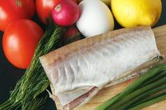 Φρέσκα συστατικά για το μαγείρεμα της κινηματογράφησης σε πρώτο πλάνο Ντομάτες, κρεμμύδι, λεμόνι, ψάρια, αυγά και ραδίκι Τοπ άποψ Στοκ εικόνα με δικαίωμα ελεύθερης χρήσης