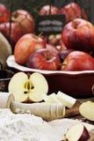 Φρέσκα συστατικά πιτών της Apple και κυλώντας καρφίτσα Στοκ Εικόνες
