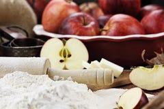 Φρέσκα συστατικά πιτών της Apple με την κυλώντας καρφίτσα Στοκ Φωτογραφία
