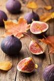 Φρέσκα σύκα και φύλλα φθινοπώρου στοκ φωτογραφίες